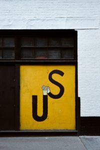 Lettres U et S se donnant la main