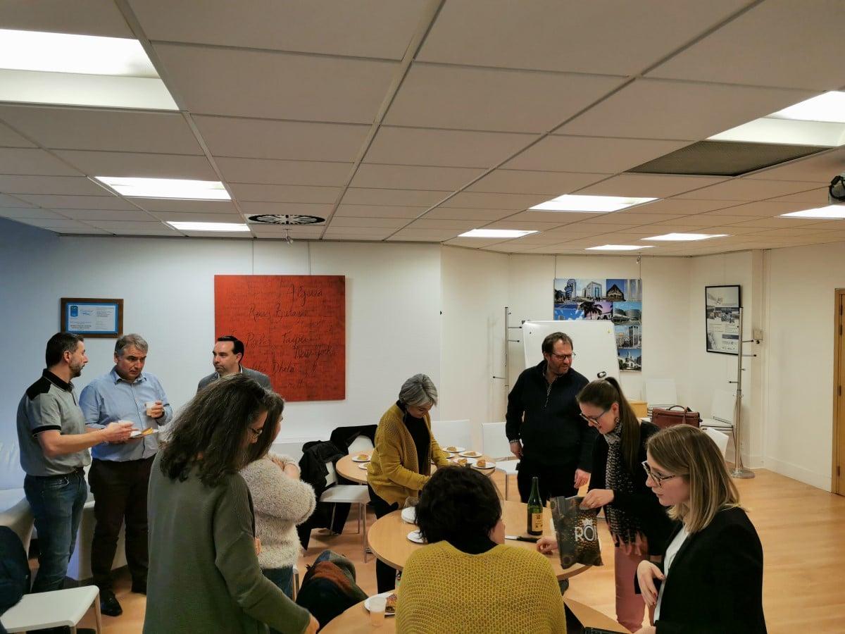 des échanges entre les participants de la réunion de lancement